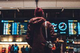 À QUELLE HEURE DEVEZ-VOUS ARRIVER À L'AÉROPORT?
